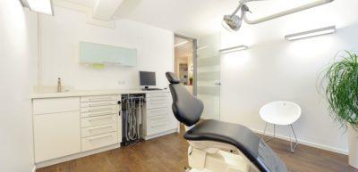 Eines unserer fünf Behandlungszimmer in unserer kieferorthopädischen Praxis in Münster-Wolbeck.